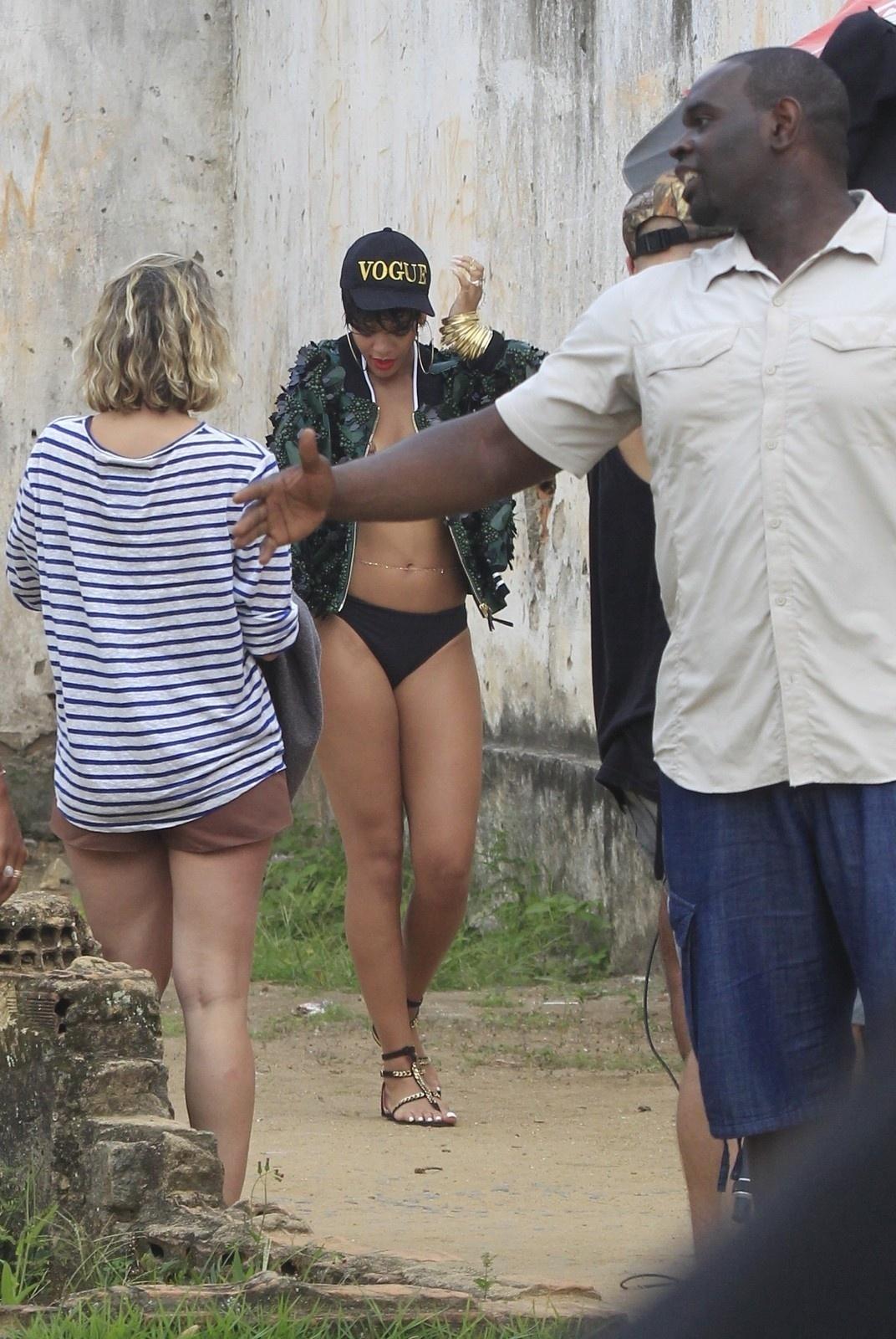 13.jan.2014 - Em Angra dos Reis, no Rio de Janeiro, Rihanna fotografa para a revista