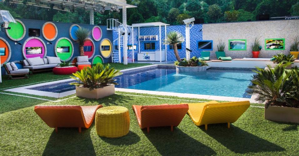 """14.jan.2014 - A área da piscina do """"BBB14"""" terá parede com círculos coloridos e várias espreguiçadeiras"""