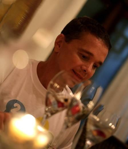 """14.jan.2014 - Depois de ficar quatro meses internado em decorrência de uma série de problemas de saúde, o cantor Netinho apareceu em fotos pela primeira vez. Na imagem à direita, ele aparece mais magro no litoral da Bahia, durante as festas de fim de ano, que passou ao lado da família. Para comemorar a recuperação, Netinho e familiares usaram camisetas com a frase: """"2014, nada como viver!"""""""