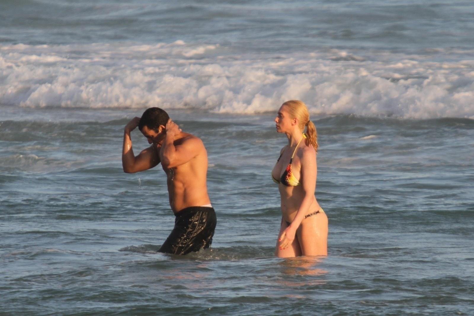 14.jan.2014 - Letícia Spiller pratica exercícios na Praia da Barra