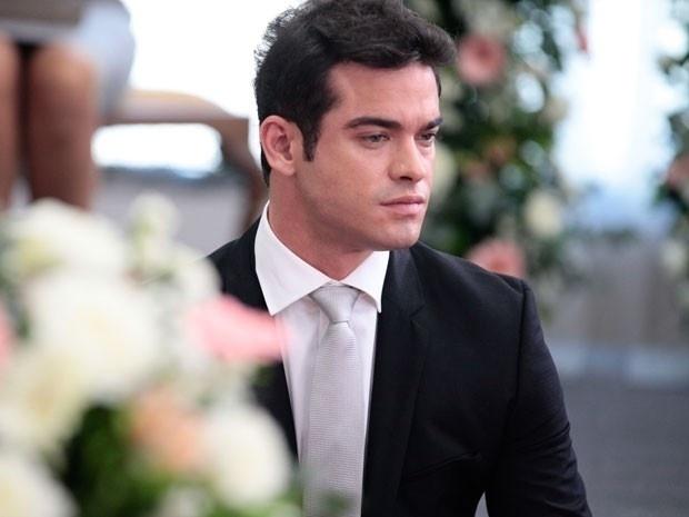 14.jan.2014 - Sidney Sampaio aguarda o momento para gravar cenas do casamento de seu personagem, Elias