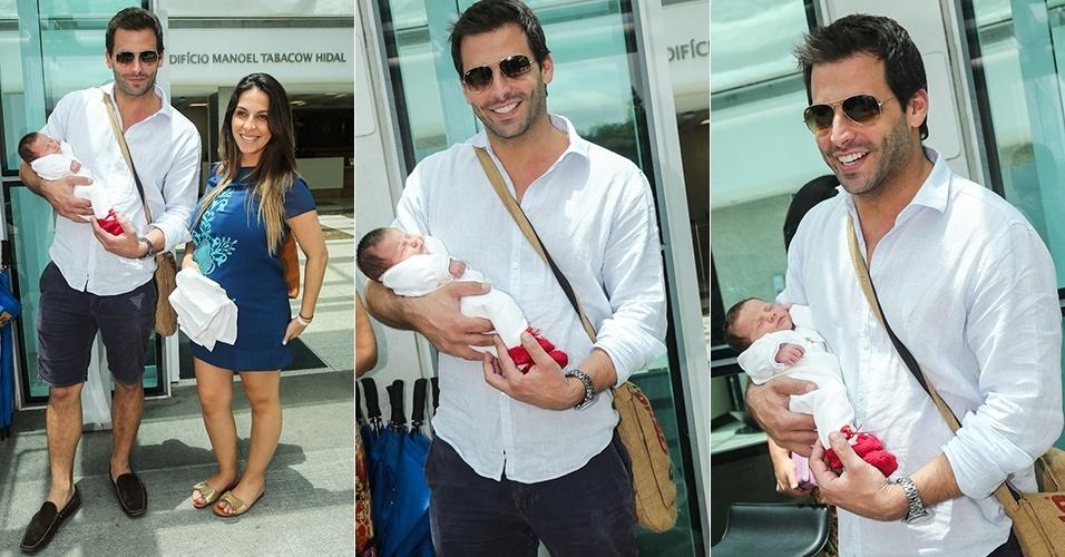 Ator Henri Castelli deixa hospital com filha nos braços