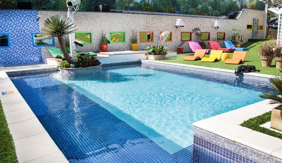 """14.jan.2014 - A piscina do """"BBB14"""" é a melhor opção na hora de se refrescarem"""