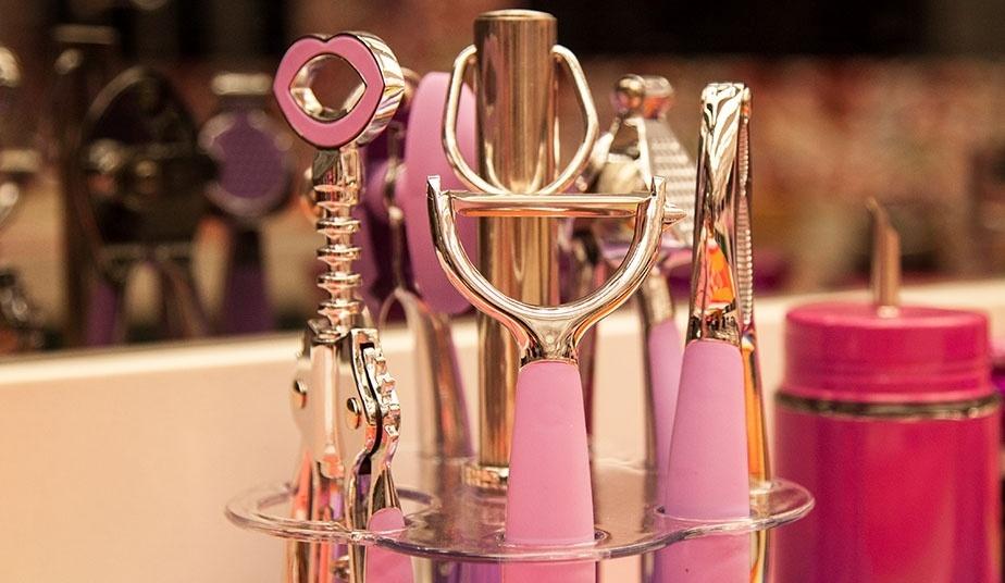 14.jan.2014 - Kit de utensílios de cozinha personalizados na cor rosa estão a disposição dos brothers