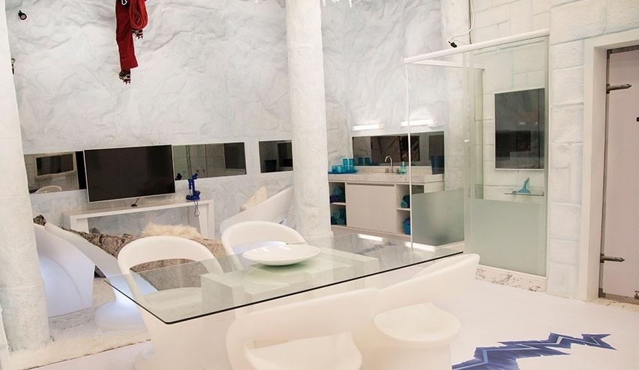 """14.jan.2014 - O espaço Sibéria do """"BBB14"""" também conta com banheiro e mesa para as refeições"""