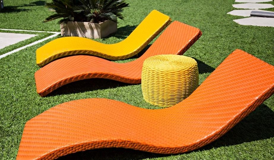 """14.jan.2014 - Os brothers podem aproveitar o sol em espreguiçadeiras coloridas à beira da piscina do """"BBB14"""""""
