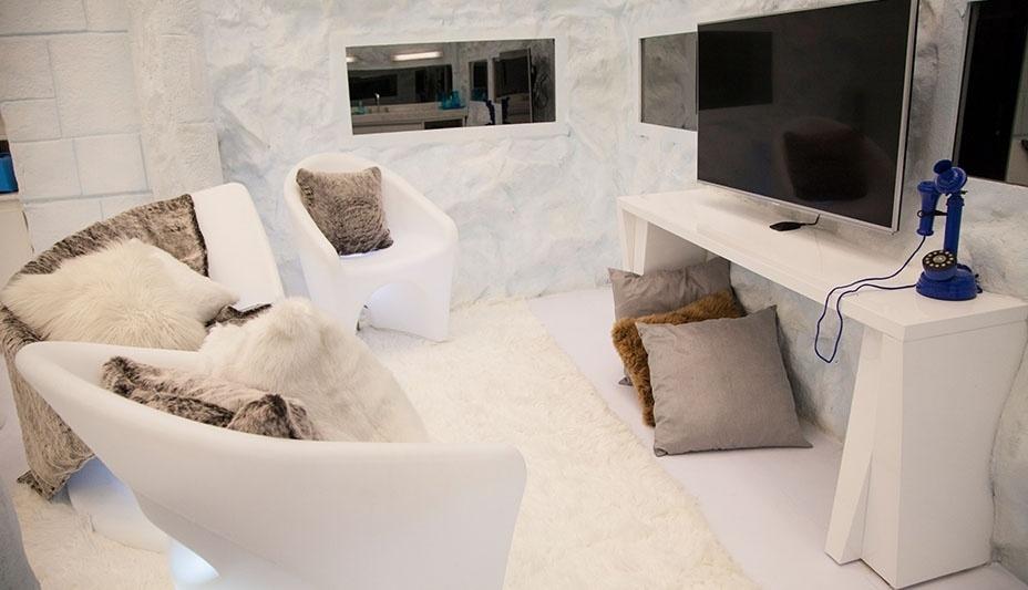 """14.jan.2014 - Para aquecer, a sala da Sibéria do """"BBB14"""" tem almofadas e carpete de pelos"""
