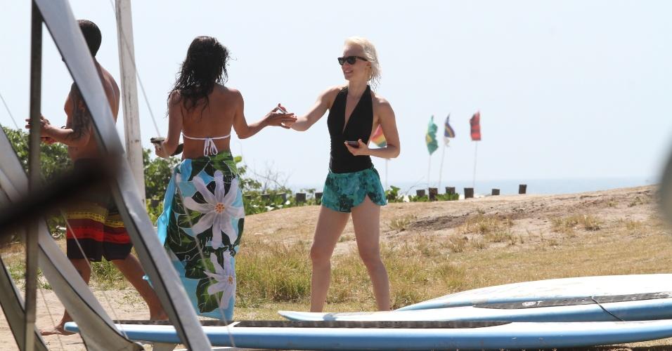 15.jan.2014 - Mariana Ximenes e Ana Lima na praia da Barra da Tijuca