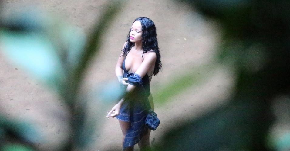 15.jan.2014 - Rihanna fotografa de maiô em cachoeira, no Rio de Janeiro