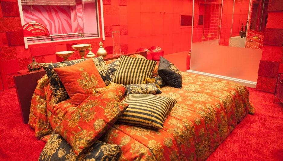 Almofadas com motivos reais decoram a cama do líder