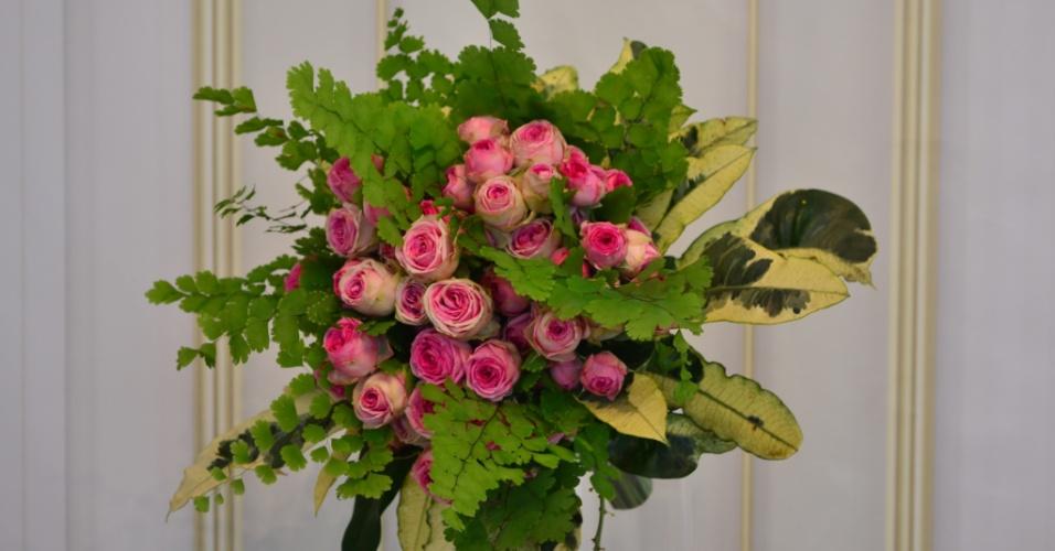 Buquê de pimentas roxas, rosas, crisântemos e tangos com punho em fita de cetim; do Hangar de Flores (www.hangardeflores.com.br), por R$ 500. Disponibilidade e preço pesquisados em janeiro de 2014 e sujeitos a alteração
