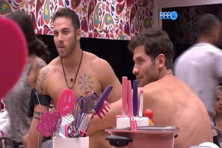 14,jan.2014 - João Almeida conversa com Roni na cozinha