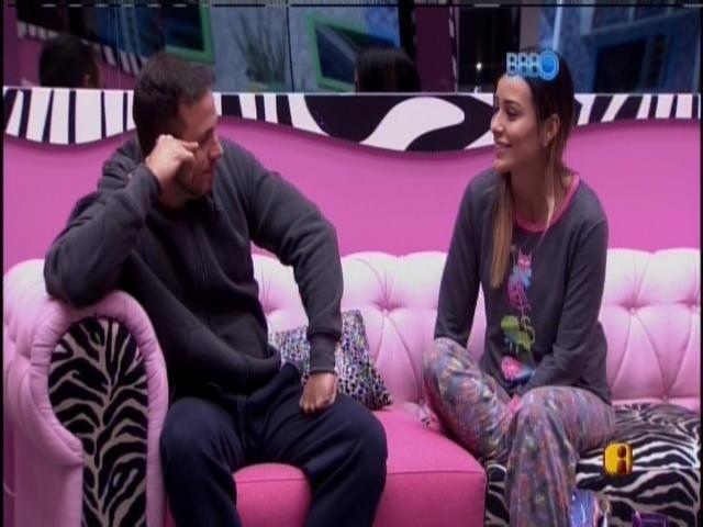 15,jan.2014 - João Almeida e Letícia conversam na sala