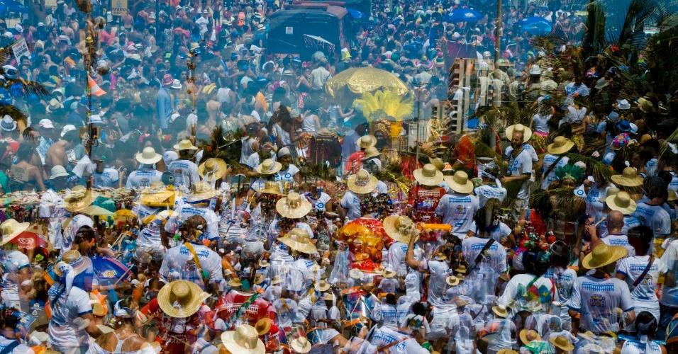 """Rio Maracatu. Com inauguração no dia 17 de janeiro, a exposição """"Folia de Imagens"""" exibe fotos tiradas no Carnaval de rua de Recife, Rio de Janeiro e Paraty, em 2013. O grupo de 22 fotógrafos registrou os tradicionais Cacique de Ramos, Rio Maracatu e Céu na Terra. Assim como o Embaixadores da Alegria, o bloco Boca da Ilha e as turmas de bate bolas na favela do Muquiço, em Guadalupe. A mostra pode ser vista de 21 de janeiro a 18 de abril, na Galeria 535 - Observatório de Favelas (rua Teixeira Ribeiro, 535, Parque Maré, Maré, Rio de Janeiro), das 9h às 18h. A entrada é gratuita."""