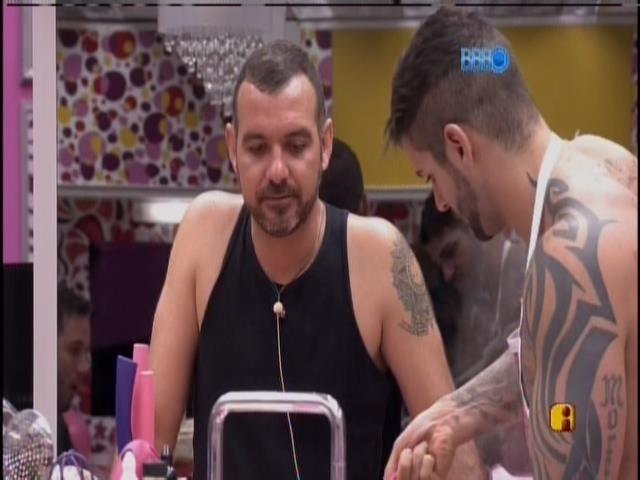 15.jan.2013 - Vagner conversa com Rodrigo enquanto o cozinheiro prepara o almoço.