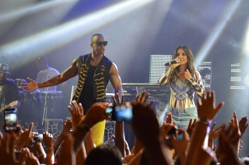 15.jan.2013 - Ivete Sangalo se apresenta com Léo Santana e o grupo Parangolé em Salvador. O cantor acabou de lançar sua nova música de trabalho