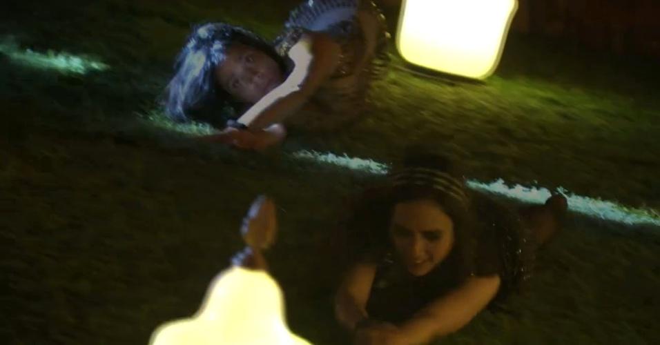 16.jan.2014- Bella e Valdirene rolam na grama na primeira festa do