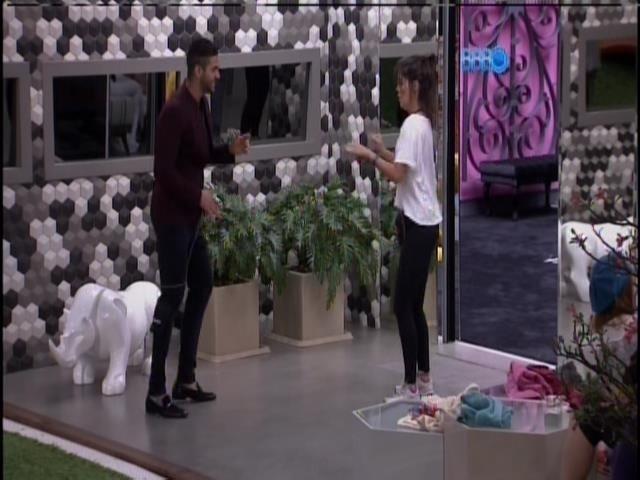 Bella e Rodrigo fazem passos de dança na varanda