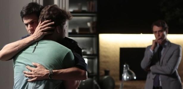 """Em """"Amor à Vida"""", Félix promete ajudar Niko a recuperar Fabrício"""