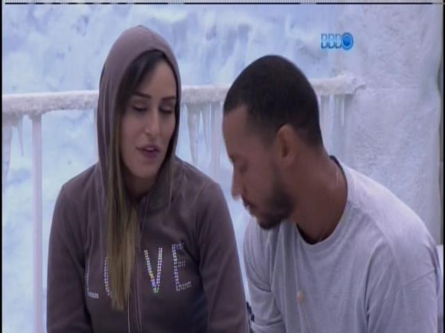 16.jan.2014 - Letícia e Valter conversam no quarto Sibéria