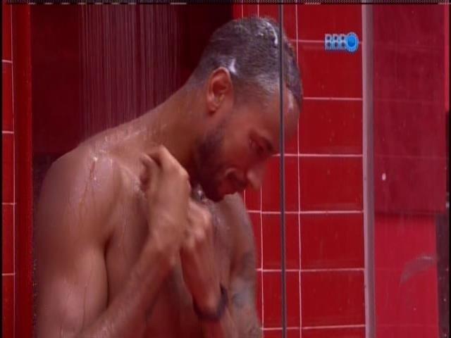 16.jan.2014 - Valter, o Slin, toma banho no quarto da líder.