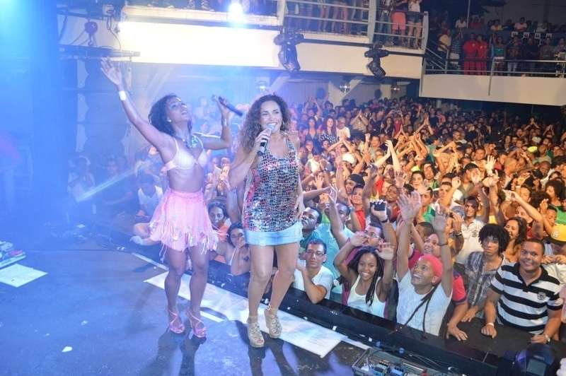 16.jan.2014 - Daniela Mercury e Margareth Menezes cantam juntas no ensaio da Mametto na boate The Hall em Salvador