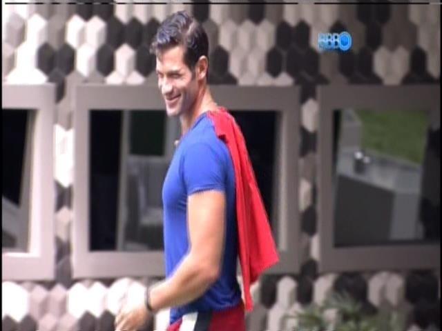 17.jan.2014 - Roni improvisa fantasia de Super-Homem