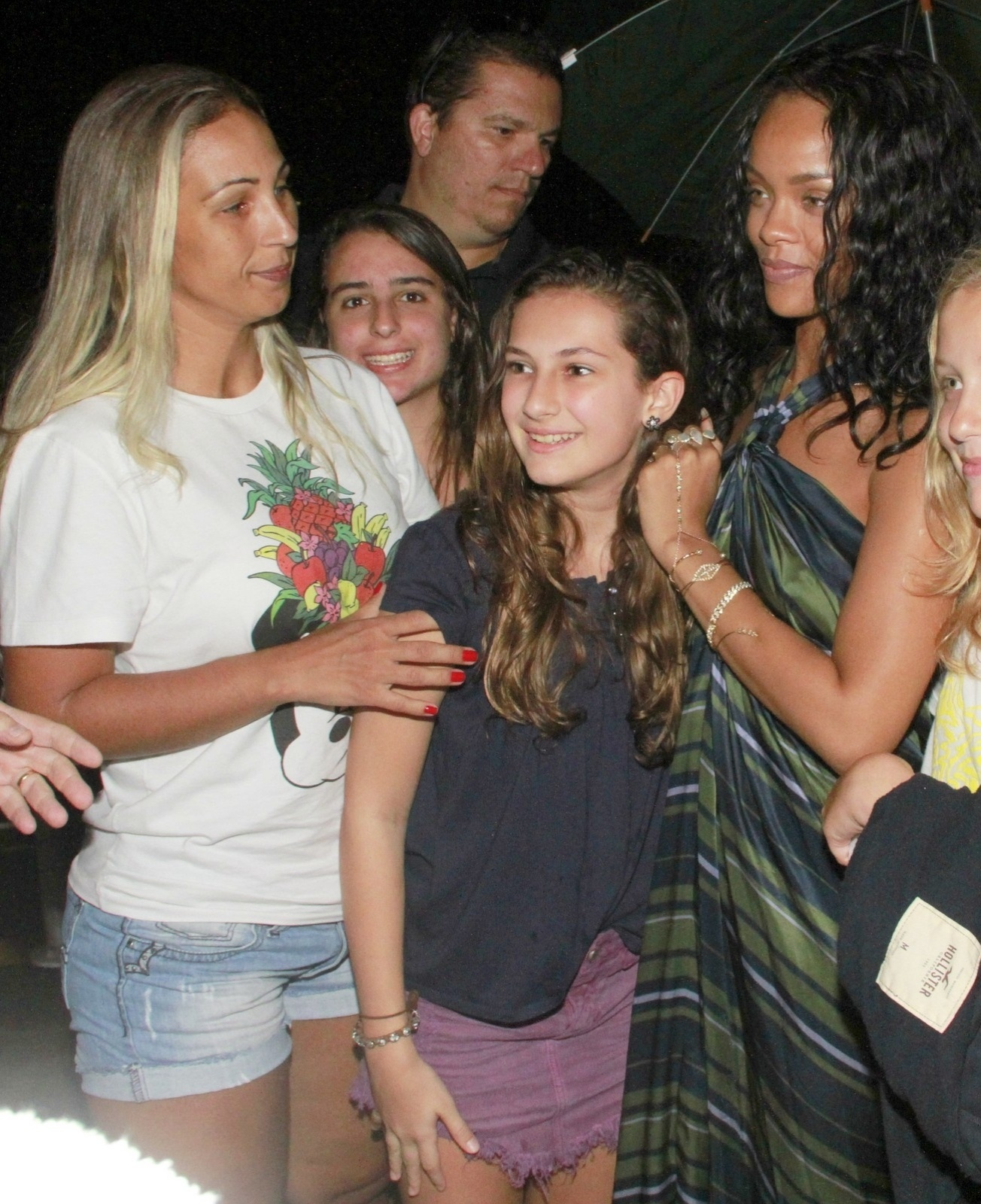 17.jan.2014 - Valesca Popozuda encontra Rihanna após gravar seu segundo clipe, no Yacht Clube na Urca, no Rio