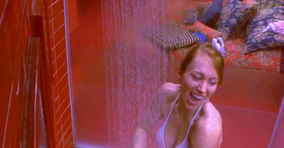 17.jan.2014 - Aline toma banho no quarto da líder.