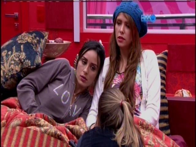 Angela, Amanda e Letícia conversam no quarto do líder.