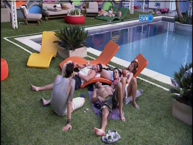 17.jan.2014 - Cássio, Roni, Amanda, Letícia e Marcelo conversam na beira da piscina.