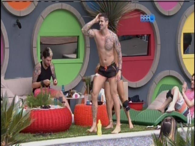 17.jan.2014 - Rodrigo dança na varanda