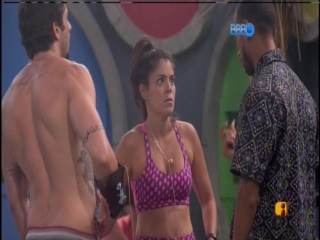 17.jan.2014 - Bella, Valter e Junior conversam no jardim.