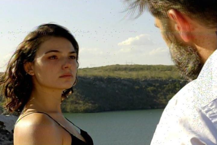 """17.jan.2014 - No último capítulo de """"Amores Roubados"""", Antônia conversa com o pai próximo a um penhasco"""