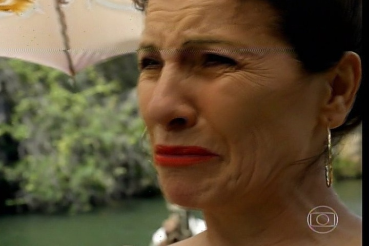 """17.jan.2014 - No último capítulo de """"Amores Roubados"""", Jesuíta se despede de Carolina, mas não conta que Leandro morreu. Ela chora com saudade do filho"""