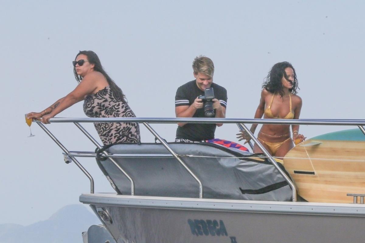 17.jan.2014 - Rihanna é clicada em passeio de lancha durante fotos para editorial da