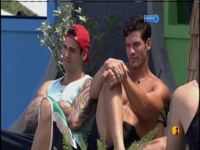 18.jan.2014 - Rodrigo e Roni apreciam a beleza da Tatieli