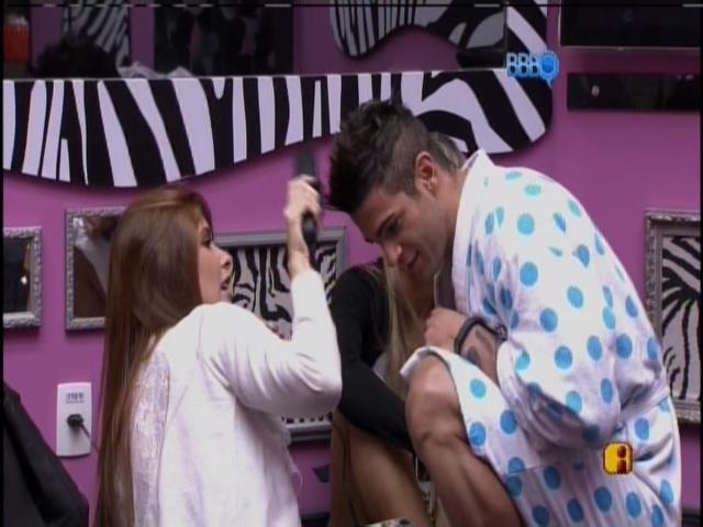 18.jan.2014 - Amanda passa chapinha no cabelo de Rodrigo.