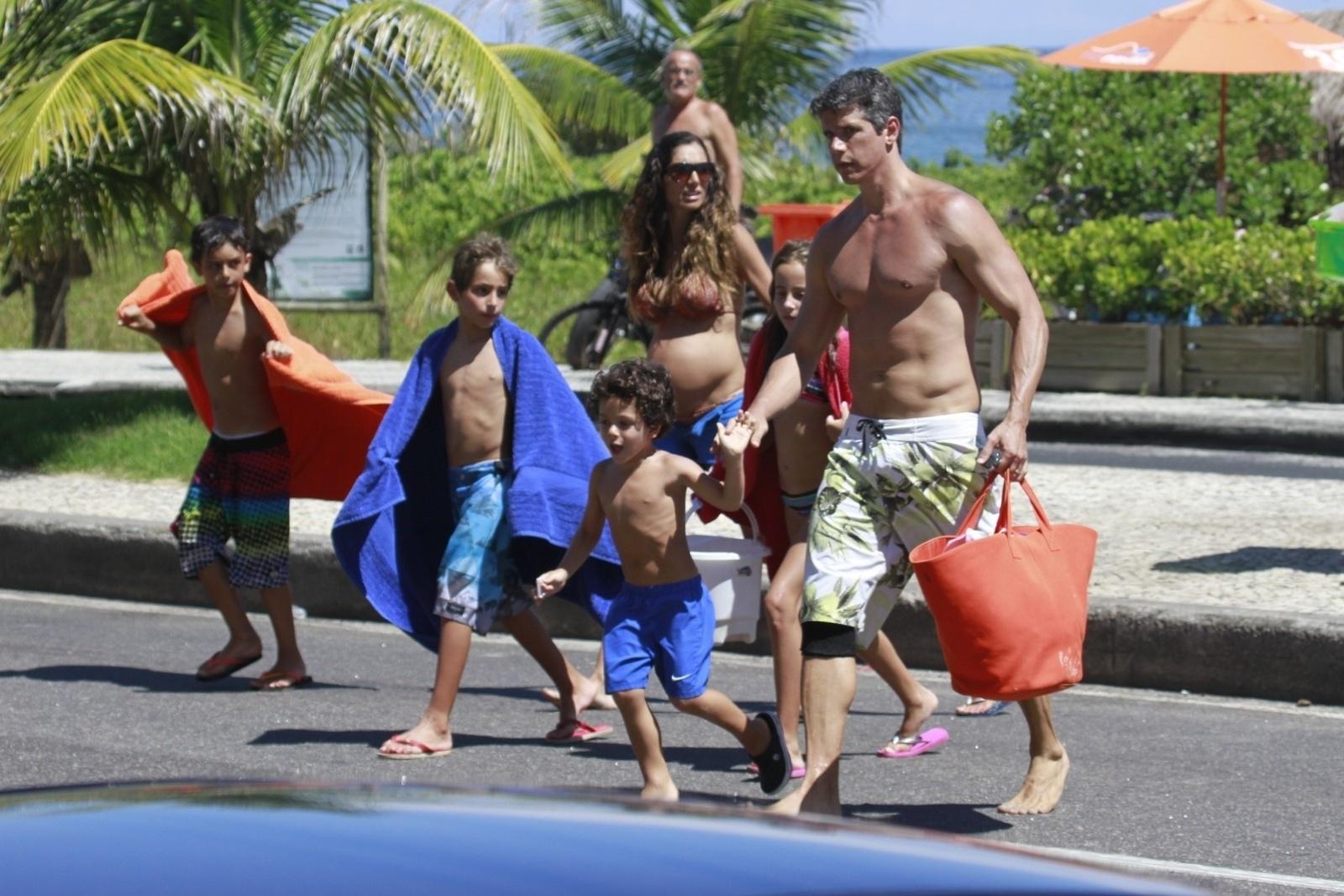 18.jan.2014 - Márcio Garcia curte praia com a família no Rio, Na tarde deste sábado (18), o ator foi clicado ao lado da mulher, a nutricionista Andrea Santa Rosa, que está grávida de nove semanas e dos filhos, Pedro, de 9 anos, Nina, de 8 e Felipe, de 4.