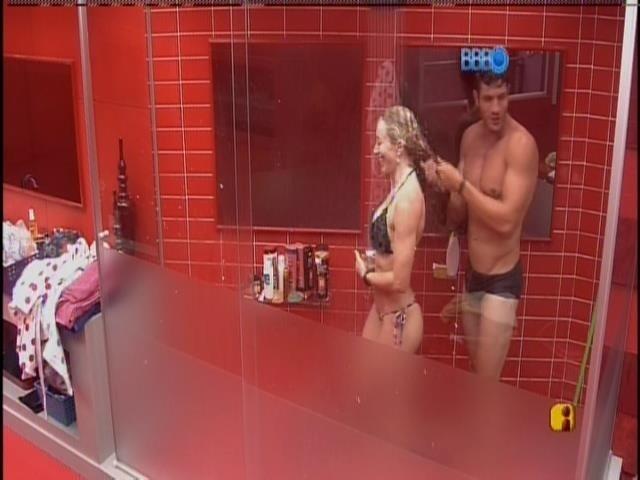 18.jan.2014 - No banho, Roni ajuda Aline a lavar o cabelo