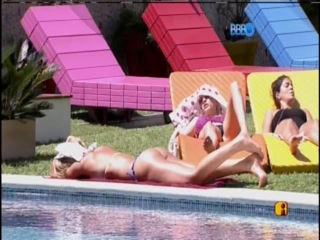 18.jan.2014  - Tatiele curte o sol nas piscina com Clara e Bella