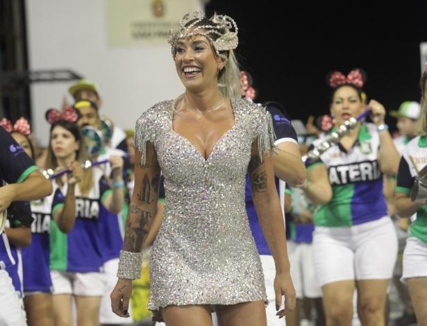 19.jan.2014 - Dani Bolina se joga no samba durante o ensaio da Unidos de Vila Maria. A rainha de bateria da escola paulistana mostrou todo o seu gingado no Anhembi, na madrugada deste domingo (19), em São Paulo