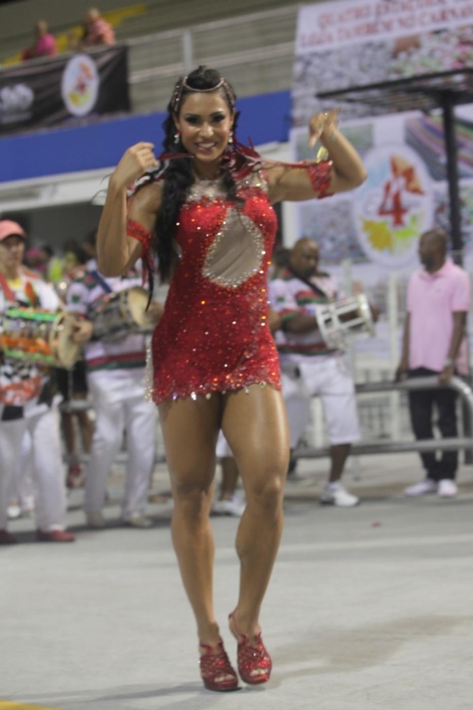 19.jan.2014 - Gracyanne Barbosa exibe seu corpo sarado no ensaio da X-9 Paulistana. A mulher do cantor Belo, que é rainha de bateria da escola de samba, mais uma vez chamou atenção ao mostrar o seu corpo musculoso no ensaio realizado no Anhembi, na madrugada deste domingo (19), em São Paulo