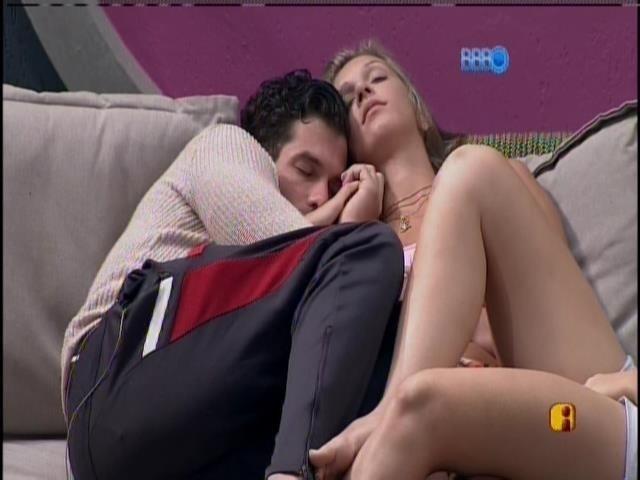 19.jan.2014 - Roni cochila abraçado em Tatiele