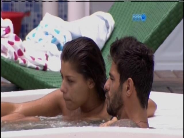 29.jan.2014.Brothers relaxam na jacuzzi