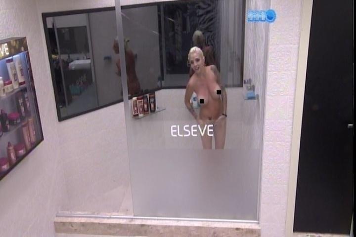 18,jan,2014 - Clara toma banho pelada