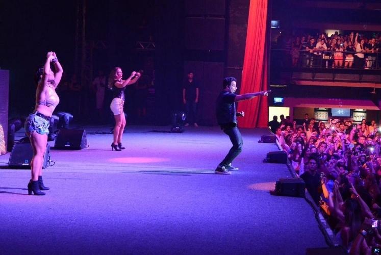 19.jan.2014 - Anderson Di Rizzi grava cena de show de Carlito no Barra Music, no Rio de Janeiro