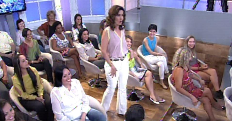 20.jan.2014 - Fátima Bernardes passeia pela plateia no novo cenário do