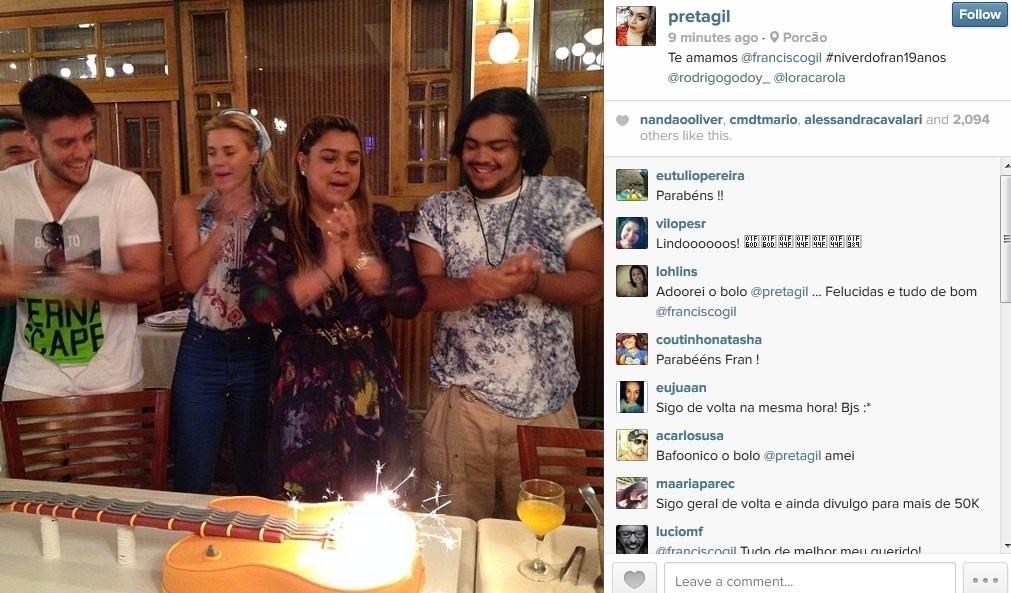 20.jan.2014 - Preta Gil celebrou os 19 anos do filho, Francisco, em uma churrascaria do Rio. Carolina Dieckmann compareceu à confraternização