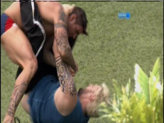 20.jan.2014 - Rodrigo e Cássio se desafiam no jiu-jitsu